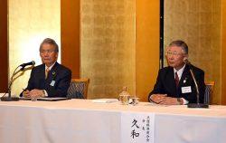 懇談会後に会見する久和会長(右)と経団連の榊原会長