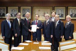 二階幹事長(左から4人目)に要望書を提出する北陸経済連の久和会長(同3人面)