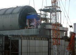 福島第一3号機の原子炉建屋上部に設置される燃料取扱機(12日、写真提供:東電HD)