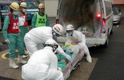 傷病者役の社員を救急車で搬送する消防隊員