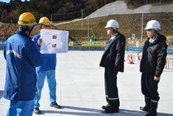淡水貯水槽について説明を受ける山中委員(右から2人目)