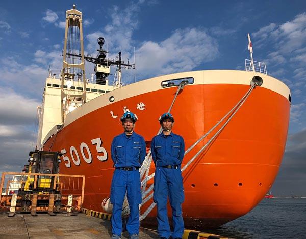 南極観測隊初参加の松嶋さん(左)と2回目となる内山さん(写真は大井ふ頭での資機材積み込み時)