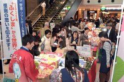 オフィスを行き交う人々の興味を引いた福島物産展
