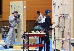 電気工事部門競技で課題に取り組む高校生