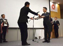 受賞者に表彰状を贈る岩根社長(右)