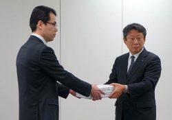 申請書を提出する原電の石坂常務執行役員(右=24日、東京・六本木)