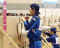 配管職種で金賞を獲得した天海選手(関電工)