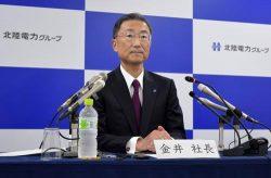 会見で値上げを講評する金井社長(29日、北陸電力本店)