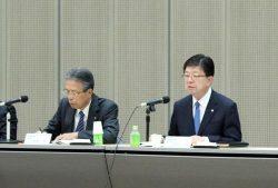 「将来の成長」への布石を打つ重要性を強調した原田社長(右)。左は海輪会長
