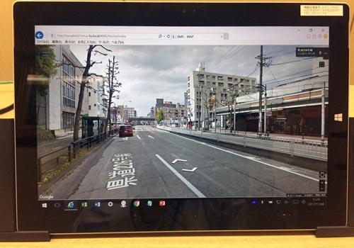 新システムと併せて使用するタブレット端末。ストリートビュー機能で電柱周辺を鮮明に表示する
