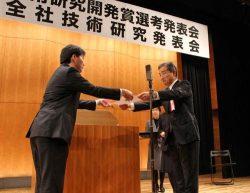 受賞者に賞状を手渡す岡部執行役員・技術開発本部長(右)