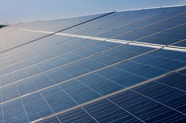 太陽光発電予測により余剰電力が発生する場合、インターネット経由でモデルハウスのエコキュートに沸き上げ運転指令を出す