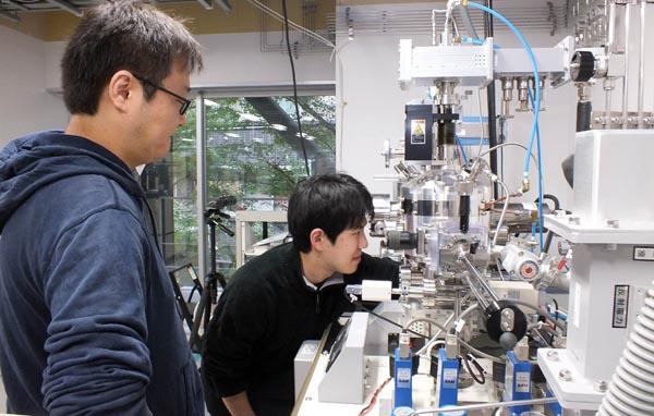 ダイヤモンドを使った量子センサーの研究に取り組む学生
