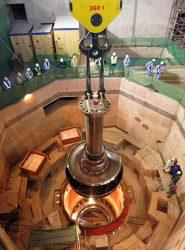 関係者が見守る中、1号機水車ランナーの吊り込み式が行われた