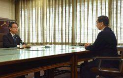 岩根社長(左)が大飯1,2号機の廃炉を決定したことを西川知事に報告した(22日、福井県庁)