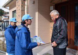 所員が地域住民宅を訪れ安全対策工事の進捗状況などを説明した