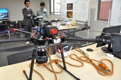 埼玉事業所に展示されたドローン。ロープ延線用にカスタマイズされた機種で、来年には防水タイプも導入する