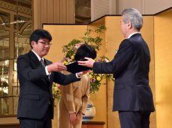 勝野社長(右)から感謝状を受け取る外岡氏