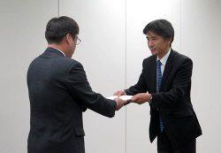 申請書を提出する原子力機構の伊藤理事(右=6日、東京・六本木)