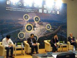 デジタル化や脱炭素などがもたらす電気事業の将来像について講演した岡本副社長(右から2人目)