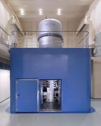 観察に使用された日立の原子分解能・ホログラフィー電子顕微鏡