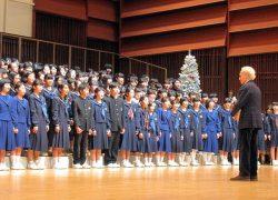 終演後、カレーラスさん(右)にサプライズで童謡「赤とんぼ」を合唱する生徒ら