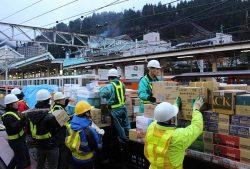 トロッコ列車に越冬物資を積み込む作業員