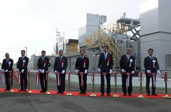 実証プラントの完成を祝って行われたテープカット。右端が関電・岩根社長、右から4人目はエネ庁の日下部長官
