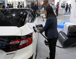 可搬型外部給電器と燃料電池車を展示したホンダのブース