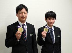 金メダルを掲げる乾さん(右)と志水さん