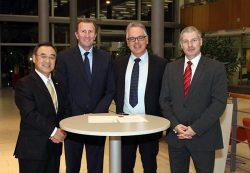 英国での授与式に出席した日立の竹原COO(左=現地時間13日)