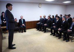 本社で開かれた認定式であいさつする小早川社長(左)。一層の活躍に強い期待を示した