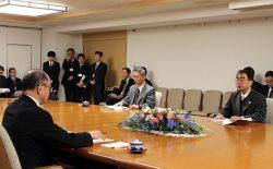 佐々木副知事(左)に工程変更を報告する工藤社長(右=22日、青森県庁)