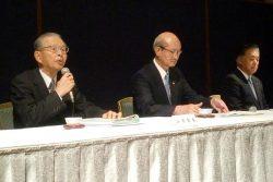 「週休二日実現行動計画」、建設キャリアアップシステムのロードマップ策定について報告する山内会長(左)
