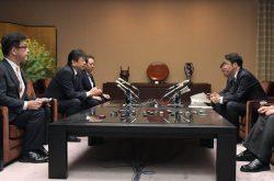米山知事(右)と会談する小早川社長(左から2人目=9日、新潟県庁)