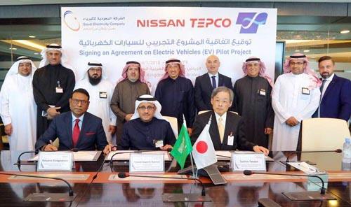 東京電力ホールディングス(HD)は15日、政府系のサウジ電力会社(SEC)、日産自動車の中東子会社、東光高岳の3社と連携し、サウジアラビア国内で電気自動車(EV)の実証事業を4月に始めると発表した。写真は、SEC本社の署名式の様子(サウジアラビア・リヤド)