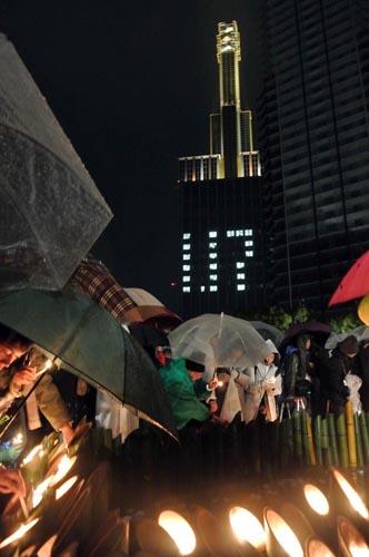 都市直下型地震として関西に未曽有の被害をもたらした阪神・淡路大震災から今年で23年。発災当日の17日、神戸市内の東遊園地では追悼行事「1・17のつどい」が開かれた。関西電力神戸支社では「1・17」に合わせて、6年半ぶりに神戸関電ビルディング頂上に設けた水銀灯のライトアップを再開した=写真