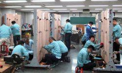 幅広い年齢層の生徒が学び巣立っていった(ケーブル工事の実習風景)