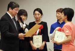 大賞を受賞した神戸氏(右)に表彰状を手渡す波留局長