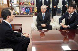 内堀知事(左)に今後の方針を説明する川村会長(中央)、小早川社長