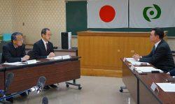 松本町長(右)と会談する規制委の新旧委員長(11日、楢葉町役場)