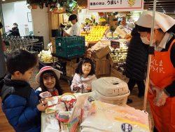 イベントではキャンペーンクルーらが買い物客や子どもらにご飯を振る舞った