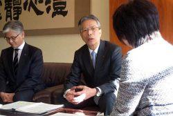 郡市長(右)に支援を要請する海輪会長(中央)と高田理事長