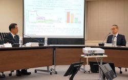 東海第二の審査の現状などについて意見交換する村松社長(左)と更田委員長