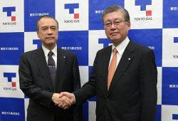 会見後に握手する内田次期社長(右)と広瀬社長