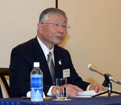 18年度の活動方針を発表する久和会長