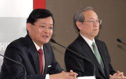 会見する車谷次期会長(左)と綱川社長(14日、東京・芝浦)