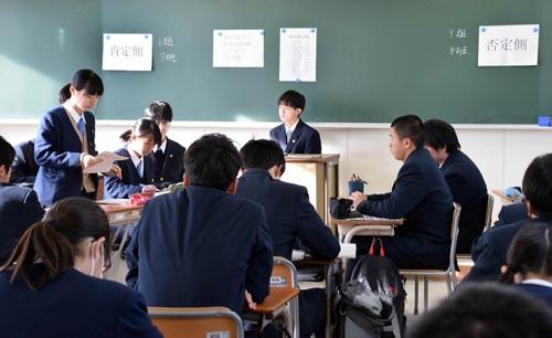 兵庫県立北須磨高校はこのほど、現在停止中の原子力発電所を再稼働すべきかどうかをテーマに掲げた公開ディベートの授業を開催した=写真。エネルギー環境教育の一環で1年生全員が参加。データの引用元も明示しながら熱いディベートを繰り広げた