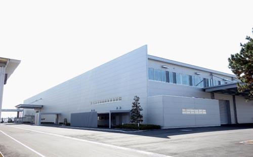 三菱電機が受配電システム製作所(香川県丸亀市)の敷地内に建設していた真空バルブ・遮断器工場が20日竣工した=写真。これまで敷地内に分散していた真空バルブ生産工場と真空遮断器組立工場を新工場に集約し、一貫生産を行う