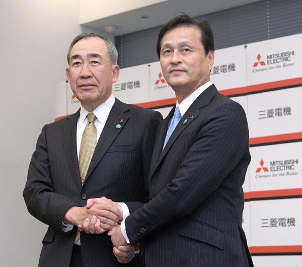 三菱電機は21日に開催した取締役会で、新社長に杉山武史副社長が4月1日付で昇格する人事を決めた。柵山正樹社長は取締役会長に就任し、山西健一郎会長は取締役相談役に就く。写真は、会見で握手する杉山次期社長(右)と柵山社長(21日、東京・丸の内)